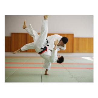 Carte Postale Deux hommes concurrençant dans un match 3 de judo