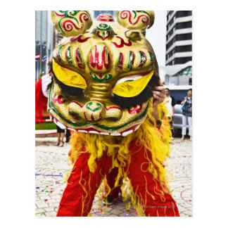 Carte Postale Deux personnes dans le costume chinois de dragon,