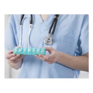 Carte Postale Docteur féminin tenant la boîte de pilule, mi