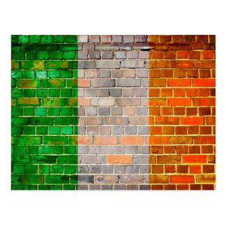 Carte Postale Drapeau de l'Irlande sur un mur de briques
