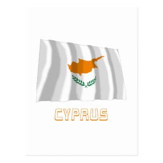 Carte Postale Drapeau de ondulation de la Chypre avec le nom