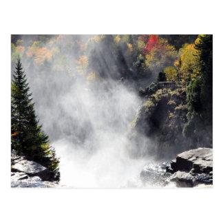 Carte postale du Québec de brume de cascade de