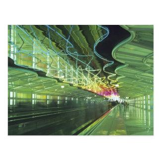 Carte Postale Éclairage au néon dans le couloir de l'aéroport