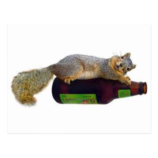 Carte Postale Écureuil avec la bouteille à bière vide