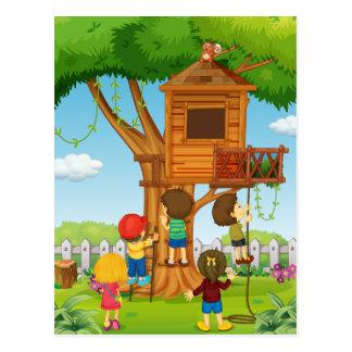 Carte Postale Enfants jouant sur la cabane dans un arbre