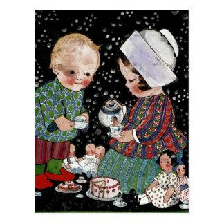 Carte Postale Enfants vintages ayant un thé de prétention