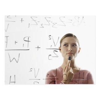 Carte Postale Équations calculatrices de jeune femme sur le