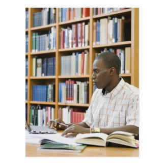 Carte Postale Étudiant universitaire travaillant dans la