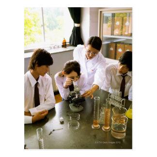 Carte Postale Étudiants dans le laboratoire de chimie d'école