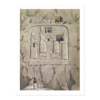 Carte Postale Examinant une sculpture assyrienne en roche, de