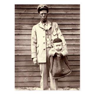 Carte Postale Facteur avec le bébé dans le sac postal