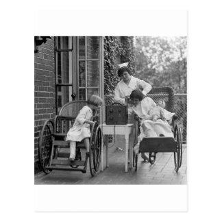 Carte Postale Fauteuils roulants en osier, les années 1920