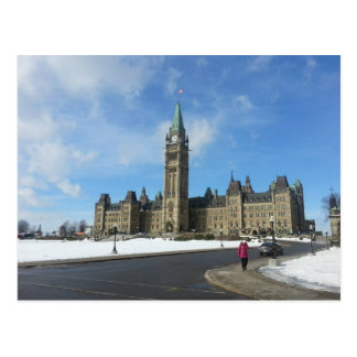 Carte Postale Femme au Parlement canadien à Ottawa