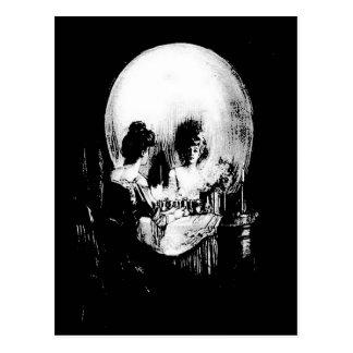 Carte Postale Femme avec la réflexion de crâne de Halloween dans