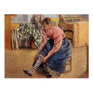 Carte Postale Femme de Camille Pissarro- mettant sur ses bas
