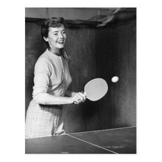 Carte Postale Femme jouant au ping-pong