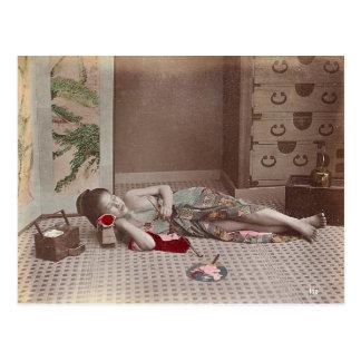 Carte Postale Femme reposant avec le tuyau, cru du Japon