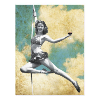 Carte Postale Femme vintage de trapèze avec du vin
