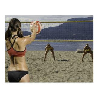Carte Postale Femmes jouant au volleyball sur la plage