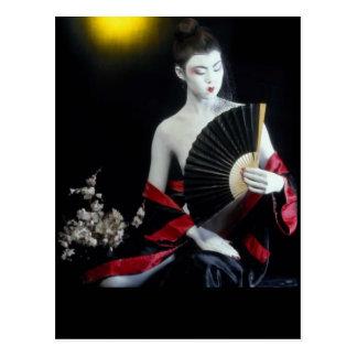Carte Postale Fille asiatique de mode avec la poupée de