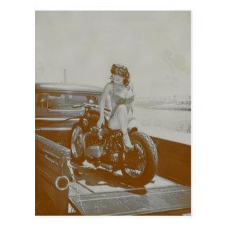CARTE POSTALE FILLE DE PIN-UP VINTAGE SUR MOTOCYCLE.