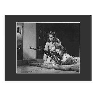 Carte Postale Filles avec des armes à feu, les années 1940