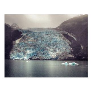 Carte postale foncée et dramatique du glacier | de