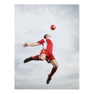 Carte Postale Footballeur et ballon de football dans l'entre le