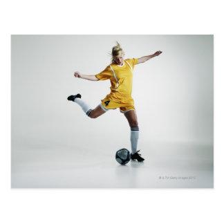 Carte Postale Footballeur féminin disposant à donner un coup de