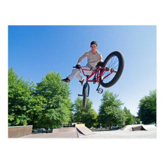 Carte Postale Fouet de queue de cascade de vélo de BMX