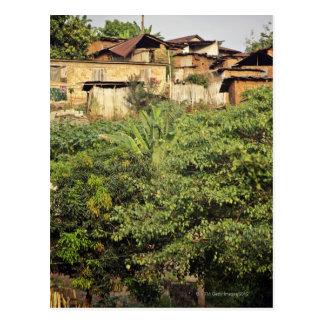 Carte Postale Foyer sur des arbres de premier plan. Village de