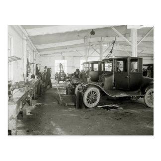 Carte Postale Garage de réparation de voiture ancienne, les