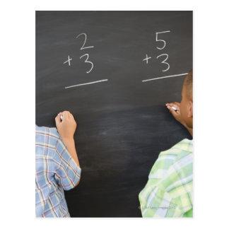 Carte Postale Garçons résolvant des problèmes de maths sur le