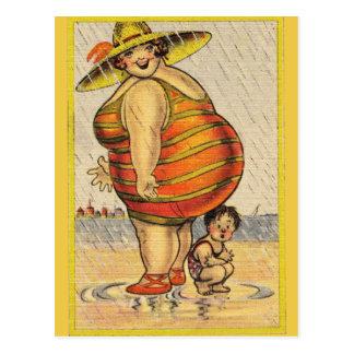 Carte Postale Grosse Madame drôle sur la plage
