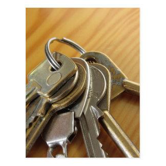 Carte Postale Groupe de clés usées de maison sur la table en