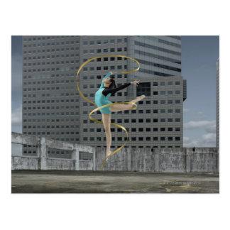 Carte Postale Gymnaste de femme dehors sur le dessus de toit