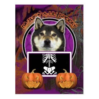 Carte Postale Halloween - juste un Lil éffrayant - Shiba Inu -