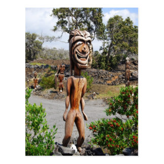 Carte postale hawaïenne riante de sculpture en