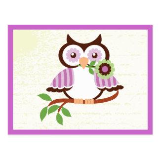 Carte Postale Hibou mignon de ressort tenant une fleur dans son