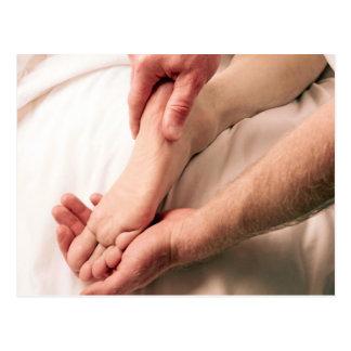 Carte Postale Homme massant le pied masculin