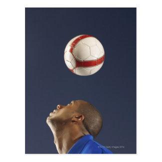 Carte Postale Homme rebondissant le ballon de football sur le