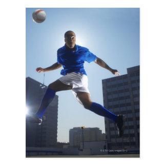 Carte Postale Homme rebondissant le ballon de football sur sa
