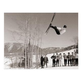 Carte Postale Image vintage de ski, tours sur des skis