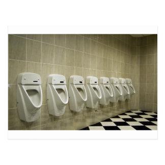 Carte Postale intérieur de toilettes avec la rangée d'urinoir