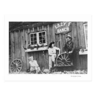 Carte Postale Invités en dehors d'un bâtiment paresseux de ranch