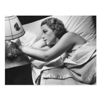 Carte Postale Jeune femme se trouvant sur le lit arrêtant la