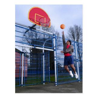 Carte Postale Jeune homme jouant au basket-ball dehors