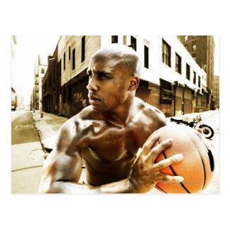 Carte Postale Jeune homme tenant le basket-ball