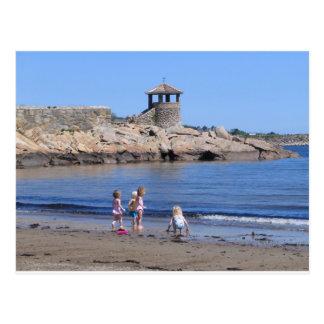 Carte Postale Jouant sur la plage dans Rockport, mA