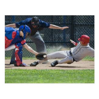 Carte Postale Joueur de baseball glissant dans le marbre